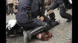 La policía detiene a una mujer durante una protesta del movimiento chalecos amarillos con otros grupos en Bruselas, Bélgica, el domingo 26 de mayo de 2019. (AP Foto/Francisco Seco)