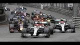 El Mercedes del piloto británico Lewis Hamilton, centro, lidera el Gran Premio de Mónaco delante del Mercedes del finlandés Valtteri Bottas, derecha, y del Red Bull del holandés Max Verstappen, izquierda, en la carrera de la Fórmula Uno, el domingo 26 de mayo de 2019, en Mónaco. (AP Foto/Luca Bruno)