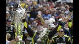 El francés Simon Pagenaud festeja tras conquistar las 500 Millas de Indianápolis, el domingo 26 de mayo de 2019 (AP Foto/Darron Cummings)