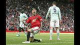 David Beckham, del Manchester United, festeja luego de anotar el quinto gol ante el Bayern Múnich, en un partido de leyendas realizado el domingo 26 de mayo de 2019 (Martin Rickett/PA via AP)