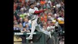 El tercera base de los Medias Rojas de Boston, el dominicano Rafael Devers, lanza a la primera base para sacar un out tras fildear una rola del jugador de los Astros de Houston, el puertorriqueño Carlos Correa, durante el tercer inning de un juego de béisbol, el domingo 26 de mayo de 2019, en Houston. (AP Foto/David J. Phillip)