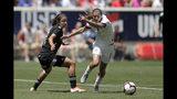 La delantera de Estados Unidos, Tobin Heath, derecha, roba el balón a la defensa mexicana Rebeca Bernal durante la primera mitad del partido amistoso, el domingo 26 de mayo de 2019, en Harrison, Nueva Jersey. (AP Foto/Julio Cortez)