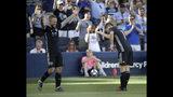 El delantero Johnny Russell, izquierda, del Sporting de Kansas City y el mediocampista Kelyn Rowe, celebran tras el gol de Russell en la segunda mitad del partido de la MLS contra los Sounders de Seattle, el domingo 26 de mayo de 2019, en Kansas City, Kansas. (AP Foto/Charlie Riedel)