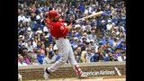 El venezolano Eugenio Suárez, de los Rojos de Cincinnati, batea un sencillo productor en el primer inning del duelo ante los Cachorros de Chicago, el domingo 26 de mayo de 2019 (AP Foto/Matt Marton)