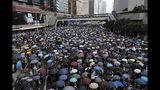 Manifestantes se reúnen cerca del Consejo Legislativo en Hong Kong, el miércoles 12 de junio de 2019. (AP Foto/Kin Cheung)