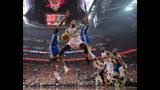 El base de los Raptors de Toronto, Fred VanVleet (23), captura un rebote bajo la presión de los jugadores de los Warriors de Golden State, Kevin Durant (35) y Kevon Looney (5), durante el quinto juego de la Final de la NBA en Toronto, el lunes 10 de junio de 2019. (Frank Gunn/The Canadian Press vía AP)