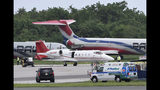 Una ambulancia que transporta a David Ortiz, llega al Aeropuerto de Las Américas en Santo Domingo, donde se encuentra un pequeño avión enviado para trasladar al extoletero de los Medias Rojas a Boston, el lunes 10 de junio de 2019, un día después de que fue herido de bala (AP Foto/Juan Miguel Peña)