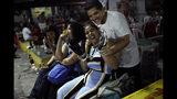 En esta foto del 27 de mayo de 2019, Kaue Mendonca, a la derecha, bromea con su novia al margen de su juego de fútbol masculino transgénero Bigtboys contra los Alligaytors, un equipo de hombres gays en Rio de Janeiro, Brasil. (AP Foto / Silvia Izquierdo)