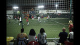 En esta foto del 27 de mayo de 2019, novias y amigos ven un partido de fútbol entre el equipo masculino transgénero Bigtboys y Alligaytors, un equipo masculino gay en Rio de Janeiro, Brasil. (AP Foto / Silvia Izquierdo)