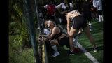 En esta foto del 13 de mayo de 2019, Daniel de Farias Viana elonga durante una sesión de práctica con su equipo de fútbol transexual Bigtboys en Rio de Janeiro, Brasil. (AP Foto / Silvia Izquierdo)