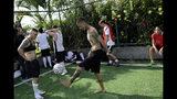 En esta foto del 13 de mayo de 2019, Caua Fraga patea la pelota durante una sesión de práctica con el equipo de fútbol transgénero Bigtboys en Rio de Janeiro, Brasil. (AP Foto / Silvia Izquierdo)