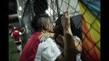 En esta foto del 27 de mayo de 2019, Bernardo Pereira, de 23 años, a la izquierda, besa a su novia en el marco de un juego del equipo de fútbol transgénero Bigtboys en Rio de Janeiro, Brasil. (AP Foto / Silvia Izquierdo)