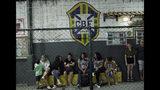 En esta foto del 27 de mayo de 2019, novias y amigos observan a sus seres queridos jugar en el equipo de fútbol masculino transgénero Bigtboys durante un partido contra los Alligaytors, un equipo de hombres gay en Rio de Janeiro, Brasil. (AP Foto / Silvia Izquierdo)