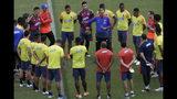 El técnico de Colombia Carlos Queiroz (centro) da instrucciones durante un entrenamiento de la selección para la Copa América, en Salvador, Brasil, el martes 11 de junio de 2019. (AP Foto/Eraldo Peres)