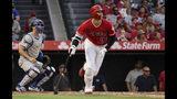 El jugador de Los Angelinos de Los Ángeles, Shohei Ohtani, sacuden un jonrón solitario ante el catcher de los Dodgers de Los Ángeles en el primer inning del juego de la MLB que enfrentó a ambos equipos, el 11 de junio de 2019, en Anaheim, California. (AP Foto/Mark J. Terrill)