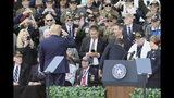 Donald Trump rinde homenaje a Ray Lambert, sobreviviente de 98 años del desembarco aliado del Día D, durante la ceremonia con motivo del 75to aniversario de esa hazaña que cambió el rumbo de la Segunda Guerra Mundial. (AP Photo/David Vincent)
