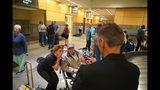 Caroline Wright se seca unas lágrimas al sacarse una foto con Ray Lambert, sobreviviente de 98 años del desembarco aliado el Día D en el aeropuerto RDU de Morrisville, Carolina del Norte, el 9 de junio del 2019. (AP Photo/Allen G. Breed)