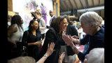 La precandidata presidencial demócrata Kamala Harris habla con sus partidarios durante una escala de campaña en Convivium Urban Farmstead en Dubuque, Iowa, el lunes 10 de junio de 2019. (Eileen Meslar/Telegraph Herald vía AP)