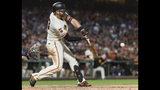 El jugador de los Gigantes de San Francisco Evan Longoria pega un doble remolcador de dos carreras contra los Padres de San Diego, en el séptimo inning de su juego de béisbol, el martes 11 de junio de 2019 en San Francisco. (AP Foto/John Hefti)