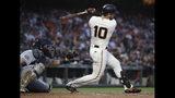 El jugador de los Gigantes de San Francisco Evan Longoria dispara un sencillo remolcador en el quinto inning del juego de la MLB que enfrentó a su equipo con los Padres de San Diego, el 12 de junio de 2019, en San Francisco. (AP Foto/Ben Margot)