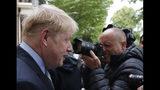 El legislador del Partido Conservador británico Boris Johnson sale de su casa en Londres, el 13 de junio de 2019. (AP Foto/Frank Augstein)