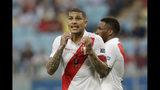 El delantero peruano Paolo Guerrero reacciona tras anularse un gol a su compañero Jefferson Farfán, atrás, en el partido ante Venezuela por el Grupo A de la Copa América en Porto Alegre, Brasil, el sábado 15 de junio de 2019. (AP Foto/Andre Penner)