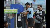 El árbitro Wilmar Roldán revisa el VAR antes de anular un gol de Perú en el partido ante Venezuela por el Grupo A de la Copa América en Porto Alegre, Brasi, el sábado 15 de junio de 2019. (AP Foto/Andre Penner)