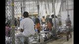 ARCHIVO - En esta fotografía de archivo del 17 de junio de 2018, proporcionada por la Oficina de Aduanas y Protección Fronteriza, varias personas detenidas por ingresar ilegalmente a Estados Unidos permanecen en una jaula en una instalación en McAllen, Texas. (Sector del Valle del Rio Grande de la Oficina de Aduanas y Protección Fronteriza vía AP, archivo)
