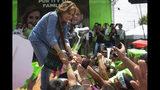 Sandra Torres, candidata a la presidencia del partido Unidad Nacional de la Esperanza, UNE, se da la mano con sus partidarios durante el mitin de cierre de campaña antes de las elecciones generales del domingo en Villanueva, Guatemala, el viernes 14 de junio de 2019. (AP Foto / Moisés Castillo)