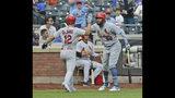 El jugador de los Cardenales de San Luis, Paul DeJong (12), es felicitado por su compañero, el venezolano José Martinez (38), tras conectar un jonrón solitario durante el octavo inning de un juego de béisbol contra los Mets de Nueva York en Citi Field, el domingo 16 de junio de 2019, en Nueva York. (AP Foto/Seth Wenig)