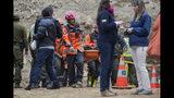 En esta imagen difundida por la Intendencia de Antofagasta, rescatistas transportan el cuerpo de un trabajador de la mina San José en Tocopilla, Chile, el sábado 15 de junio de 2019. (Ricardo Rodriguez/Intendencia de Antofagasta via AP)