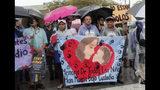 Manifestantes marchan afuera del Albergue Temporal Homestead para Niños no Acompañados, el domingo 16 de junio de 2019 en Homestead, Florida, para pedir que sus instalaciones sean cerradas. (AP Foto/Lynne Sladky)