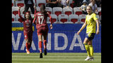 La tailandesa Kanjana Sung-Ngoen, izquierda, celebra tras anotar el primer gol de su equipo durante el partido del Mundial femenino contra Suecia, en Niza, Francia, el domingo 16 de junio de 2019. (AP Foto/Claude Paris)