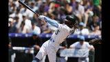 El dominicano Raimel Tapia pega un sencillo productor por los Rockies de Colorado en el segundo inning del encuentro con los Padres de San Diego, el domingo 16 de junio de 2019, en Denver. (AP Foto/David Zalubowski)