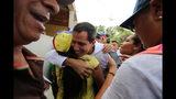 El líder opositor y autoproclamado presidente interino de Venezuela, Juan Guaidó, saluda a simpatizantes en Cua, a las afueras de Caracas, el sábado 8 de junio de 2019. (AP Foto/Fernando Llano)