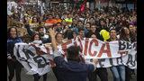 Maestros en huelga protestan contra el gobierno del presidente Sebastián Piñera en Santiago, Chile, el jueves 6 de junio de 2019. (AP Foto/Esteban Félix)