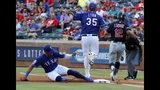 El primera base de los Rangers de Texas, el dominicano Ronald Guzmán, izquierda, toca la almohadilla para poner out al jugador de los Indios de Cleveland, el puertorriqueño Francisco Lindor (12), mientras el abridor Lance Lynn (35) salta tras cubrir la base en el primer inning de un juego de béisbol en Arlington, Texas, el lunes 17 de junio de 2019. (AP Foto/Tony Gutierrez)