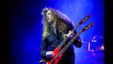 ARCHIVO – En esta fotografía de archivo del 8 de abril de 2011, el cantante y guitarrista Dave Mustaine de la banda estadounidense de metal Megadeth durante su concierto en Budapest Sports Arena en Budapest, Hungría. Mustaine anunció en redes sociales el lunes 17 de junio de 2019 que le diagnosticaron cáncer de garganta. El músico de 57 años dijo que tendrán que cancelar la mayoría de sus shows del año pero el crucero para fans Megacruise 2019 sí se realizará con la participación de la banda. (Foto AP/MTI, Balazs Mohai, archivo)