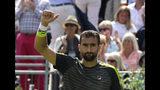El croata Marin Cilic festeja su victoria sobre el chileno Cristian Garín en la primera ronda del torneo de Queens, en Londres, el lunes 17 de junio de 2019. (AP Foto/Kirsty Wigglesworth)
