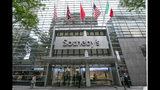 Banderas frente a la casa de subastas Sotheby's en Nueva York, el lunes 17 de junio de 2019. BidFair USA compró a Sotheby's para volverla una empresa privada en un acuerdo por 3.700 millones de dólares. (Foto AP/Richard Drew)