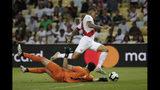 Paolo Guerrero, de la selección de Perú, se quita al arquero boliviano Carlos Lampe durante un encuentro de la Copa América, disputado el martes 18 de junio de 2019, en Río de Janeiro (AP Foto/Leo Correa)