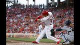 El jugador de los Rojos de Cincinnati, Derek Dietrich, conecta un jonrón de dos carreras ante el abridor de los Astros de Houston, Justin Verlander, durante el primer inning de un juego de béisbol, el martes 18 de junio de 2019, en Cincinnati. (AP Foto/John Minchillo)