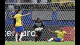 Los brasileños Gabriel Jesús (derecha) y Philippe Coutinho (izquierda) reaccionan mientras el arquero venezolano Wuilker Farínez sostiene el balón durante el partido por el Grupo A de la Copa América en la Arena Fonte Nova en Salvador, Brasil, el martes 18 de junio de 2019. (AP Foto/Natacha Pisarenko)