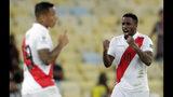 El delantero peruano Jefferson Farfán (derecha) festeja tras anotar el segundo gol de su equipo ante Bolivia en el partido por el Grupo B de la Copa América en Río de Janeiro, el martes 18 de junio de 2019. (AP Foto/Silvia Izquierdo)
