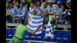 El arquero uruguayo Fernando Muslera suelta su camiseta a una aficionada tras la victoria 4-0 ante Ecuador en el partido por el Grupo C de la Copa América en el estadio Mineirao en Belo Horizonte, Brasil, el domingo 16 de junio de 2019. (AP Foto/Eugenio Savio)