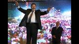 ARCHIVO - En esta imagen de archivo del 20 de mayo de 2012, el entonces candidato de la Hermandad Musulmana a la presidencia de Egipto, Mohammed Morsi celebra un mitin en El Cairo, Egipto. (AP Photo/Fredrik Persson, File)
