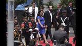 Nayib Bukele, al centro a la derecha, y su esposa Gabriela llegan para su juramentación como presidente de El Salvador, en la Plaza Barrios de San Salvador, el sábado 1 de junio de 2019. (AP Foto/Salvador Meléndez)