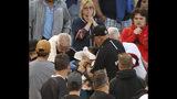 ARCHIVO - En esta foto de archivo del lunes 10 de junio de 2019, personal de emergencia coloca una toalla sobre el rostro de una persona que fue golpeada por una pelota bateada por el jugador de los Medias Blancas de Chicago, el dominicano Eloy Jiménez, durante el cuarto inning de un juego de béisbol contra los Nacionales de Washington, en Chicago. (AP Foto/Charles Rex Arbogast)