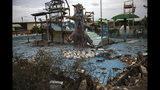 """En la imagen, tomada el 23 de mayo de 2019, una piscina temática en ruinas en el abandonado parque de diversiones """"Diversiones Grano de Oro"""", en Maracaibo, Venezuela. En la ciudad, muchas estructuras están llenas de escombros en una imagen que recuerda a una zona de guerra o a las consecuencias de un desastre natural. (AP Foto/Rodrigo Abd)"""