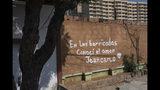 """En la imagen, tomada el 16 de mayo de 2019, una pintada con la frase """"En las barricadas conocí el amor. Jeancarlo"""", en referencia a las levantadas por los manifestantes contrarios al gobierno para exigir la renuncia del presidente Nicolás Maduro, en el centro de Maracaibo, Venezuela. Maduro, como su predecesor Hugo Chávez, sostiene que los problemas son el resultado de lo que él califica de guerra comercial por parte de Estados Unidos, que junto a cuatro docenas de países más sostienen que su reelección el año pasado no fue legítima porque muchos de los candidatos opositores más fuertes no pudieron estar en la boleta. (AP Foto/Rodrigo Abd)"""